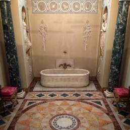 Salle de bain de Napoléon au Palazzo Pitti à Florence. Installée à sa demande, elle place la baignoire au centre de la pièce dans un goût néoclassique typique du XIXe siècle