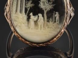 l'Empereur offrit à Caroline cette bague en or contenant sous verre une ciselure d'ivoire figurant deux personnages mangeant des cerises.