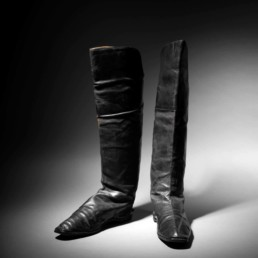 Pair of rider boots attributed to the Emperor Napoleon I, black morocco, soles with small heels, lining of fine natural skin, with its two pulls in woven and grooved canvas, h. 48 cm, l. (from the foot) 26.5 cm. Sold: € 117,208 © La Gazette Drouot