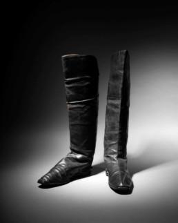Paire de bottes à l'écuyère attribuée à l'empereur Napoléon Ier, maroquin noir, semelles à petits talons, doublure de fine peau naturelle, avec ses deux tirants en toile tissée et rainurée, h.48cm, l. (du pied) 26,5cm. Adjugé: 117208€ © La Gazette Drouot