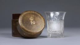 Verre à décor taillé et monogramme doré au N couronné ayant appartenu à l'empereur Napoléon Ier. Étui en cuir monogrammé © Dorotheum