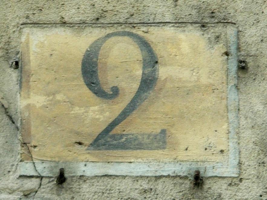 Numéro peint en noir sur fond ocre, conformément à la réglementation de 1805 pour les rues perpendiculaires à la Seine